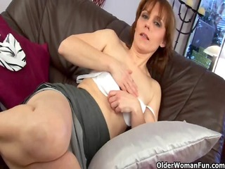 mature mamma spreads her hirsute fur pie